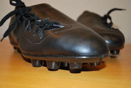 Fotbollssko med sidsnörning i PRV:s modellarkiv.