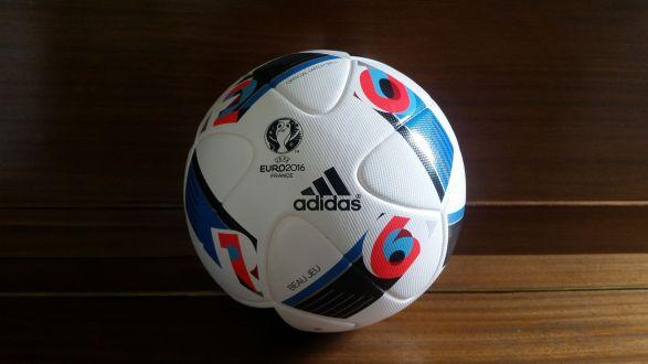 Adidas Beau Jeu. Officiell matchboll för Euro 2016.